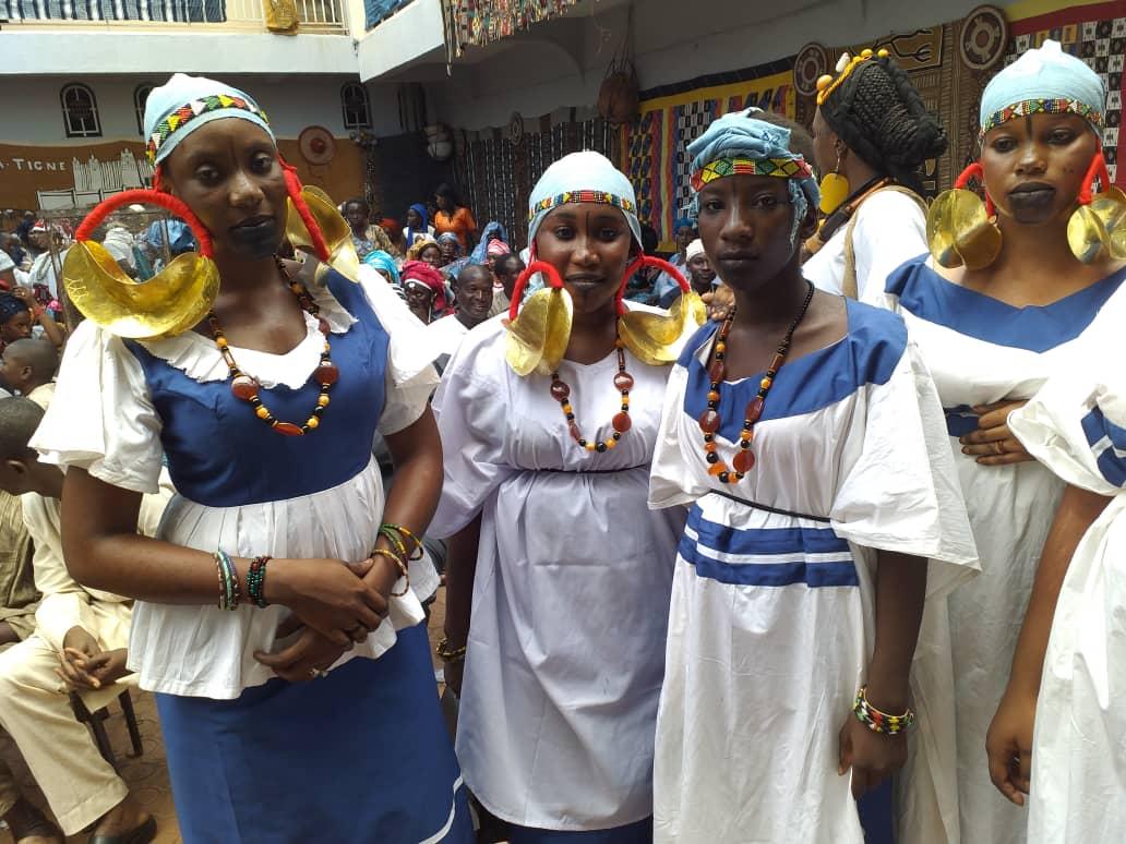 Femmes peulhs portant les boucles Foulani